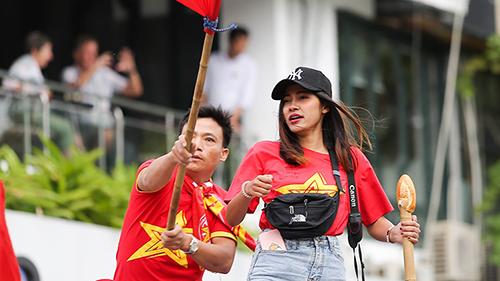 Nữ phóng viên Thái Lan xinh đẹp hòa mình vào dòng CĐV Việt Nam trước giờ thi đấu