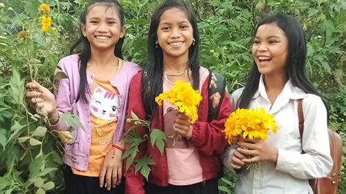 Không có tiền mua quà ngày 20/11, học sinh ra suối bắt cá bống, hái hoa ven đường tặng thầy cô
