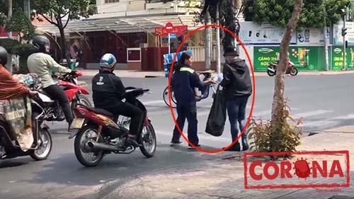 Hành động ấm áp của người Sài Gòn: Đội nắng đứng phát khẩu trang miễn phí cho người qua đường
