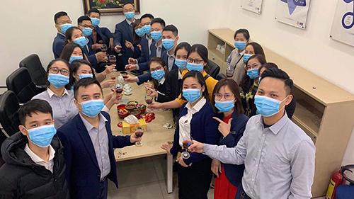 Dân công sở đeo khẩu trang kín mít đi làm đầu xuân để phòng đại dịch virus Corona
