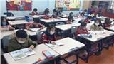Trường học ở Hà Nội phát khẩu trang miễn phí, học sinh ngồi học đeo khẩu trang bảo vệ