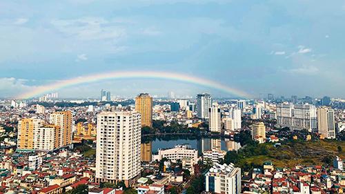 Sau cơn mưa rào như trút nước, Hà Nội xuất hiện cầu vồng rực rỡ khiến dân mạng thích thú