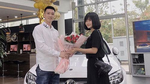 Bạn gái Huy Hùng khoe mua xe hơi không quên 'dằn mặt' antifan: 'Đi bộ mòn dép chẳng lẽ không được đi ô tô'