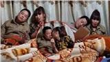 'Cô dâu 62 tuổi' ở Cao Bằng gây tranh cãi với hành động đút đồ ăn trên giường cho chồng trẻ
