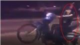 Clip: Cặp đôi ôm ấp nhau chặt cứng rồi bất ngờ bốc đầu xe máy khiến người xem rùng mình