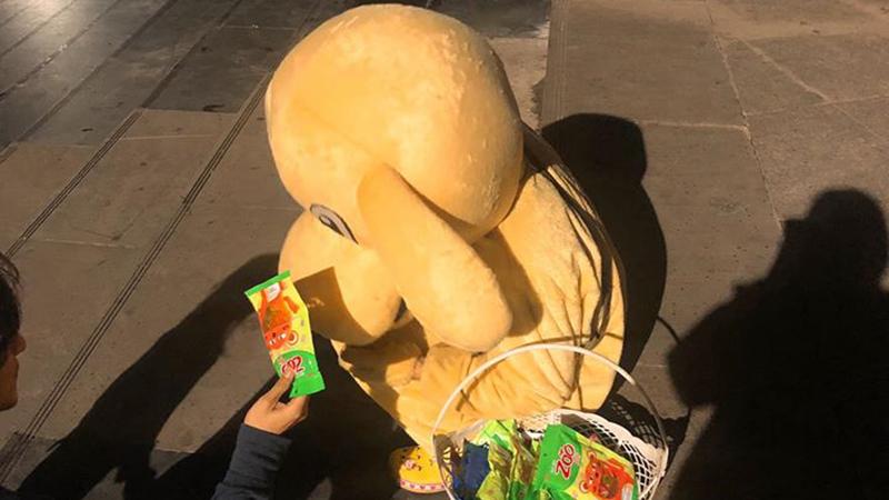 Câu chuyện giúp đỡ bạn nam khó khăn bằng cách mua bịch kẹo giá 30k gây tranh cãi: Có ai ép mua đâu?