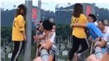 Cô gái trẻ ôm cột định nhảy cầu tự tử, được chàng trai nhanh trí cứu sống chỉ trong một cái chớp mắt