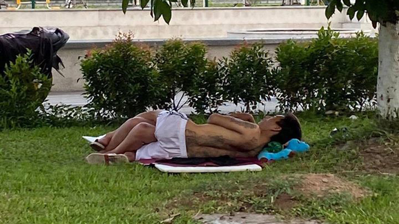 Cặp đôi ăn mặc mát mẻ, thản nhiên trải thảm nằm ôm ấp nhau ở vỉa hè khiến ai cũng 'nóng mắt'