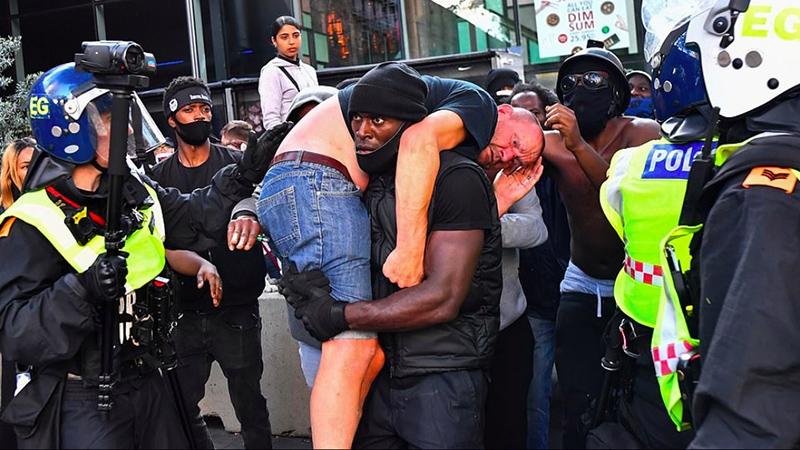 Bức ảnh người da đen vác trên vai một người da trắng đang bị thương trong cuộc biểu tình chống phân biệt chủng tộc