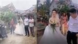 Clip: Chú rể dẫm váy cô dâu, nghe điện thoại cười cợt khiến nhiều người chỉ trích vô tâm