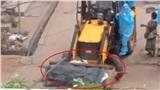 'Cẩu'xác nạn nhân Covid-19 bằng xe xúc đất gây phẫn nộ