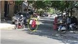 Cô gái dựng xe ngay giữa đường đi rồi ung dung mua hàng rong: Ý thức tham gia giao thông không thể kém hơn