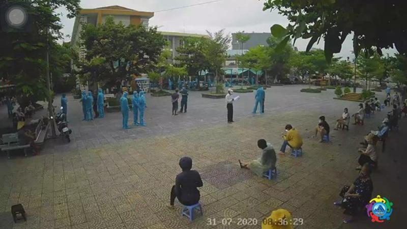 Người dân Đà Nẵng giãn cách dưới mưa để xét nghiệm Covid-19