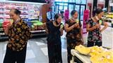 Bộ ảnh cô cháu dắt 4 bà đi trung tâm thương mại 'giải ngố' khiến cộng đồng mạng hết lời khen ngợi vì quá dễ thương