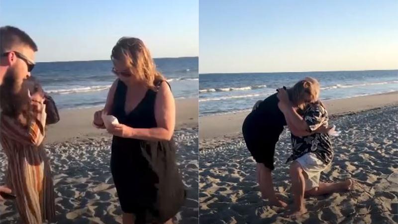 Được cháu gái đưa cho chiếc vỏ sò vừa nhặt được, người bà xúc động nghẹn lời với màn cầu hôn bất ngờ phía sau lưng