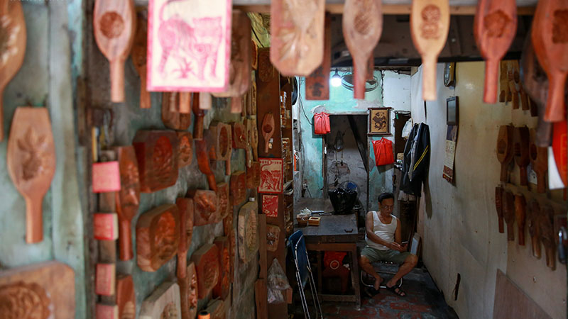 Nghệ nhân hơn 40 năm 'giữ lửa' nghề làm khuôn bánh trung thu bằng gỗ ở phố cổ Hà Nội