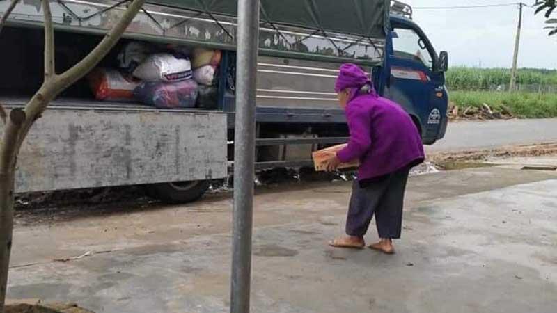 Thấy xe chở hàng hóa vào miền Trung cứu trợ, cụ bà 93 tuổi bê ngay thùng mì đi quyên góp