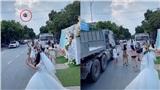 Clip thót tim: Cô dâu tung hoa cưới ngoài đường, cô gái lao ra bắt suýt bị xe tải đầu kéo đâm trúng