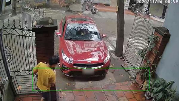 Người chồng hướng dẫn tỉ mỉ vợ lái xe ô tô vào cổng nhà: Phải đứng nép bên trụ cổng vì... sợ