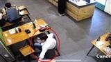 Mới đầu năm, thanh niên áo sơ mi trắng đến hàng ăn uống đã 'thó' trộm điện thoại của nhân viên phục vụ gây phẫn nộ