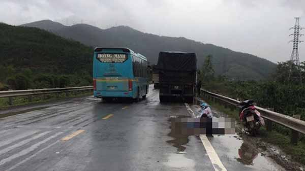 Xót xa 2 mẹ con ngồi bệt dưới trời mưa lạnh gào khóc bên thi thể người chồng bị tai nạn giao thông