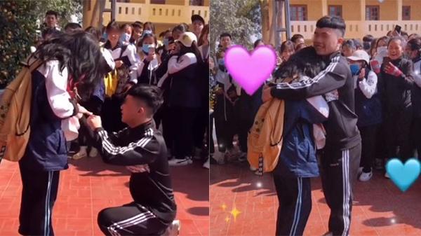 Quỳ xuống cầu hôn bạn gái ngay giữa sân trường, nam sinh nhận về nhiều ý kiến trái chiều