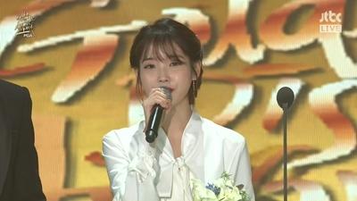 IU thắng Digital Daesang tại Golden Disc Awards, nhắc đến Jonghyun trong bài phát biểu