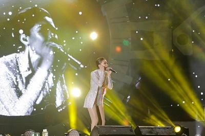 Tóc Tiên, Miu Lê 'quẩy nhiệt' tại phố đi bộ đêm Countdown