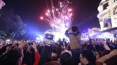 Lung linh pháo hoa trên bầu trời Hà Nội, TP. HCM