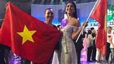 Tiểu Vy cùng mẹ dương cao lá cờ Tổ quốc, vui vẻ ghi lại khoảnh khắc đáng nhớ tại sân khấu chung kết Miss World 2018