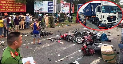 Rợn người khi xem clip vụ tai nạn xe container điên'ủi' hàng chục xe máy ở Long An