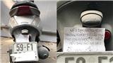 Chiếc xe máy bám đầy bụi ở cổng trường và mẩu giấy xúc động của người cha công nhân gửi chủ xe!
