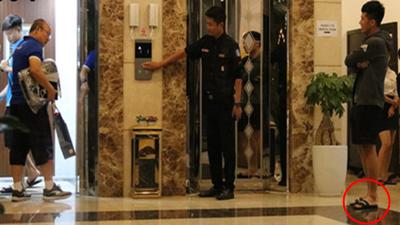 Bị HLV Park phạt vì đi dép lê, Đình Trọng khoanh tay nhận lỗi nhìn 'cưng' hết phần thiên hạ