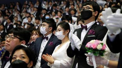 Hàng nghìn cặp đôi đến từ 64 quốc gia cùng tổ chức đám cưới, người đeo khẩu trang, người không