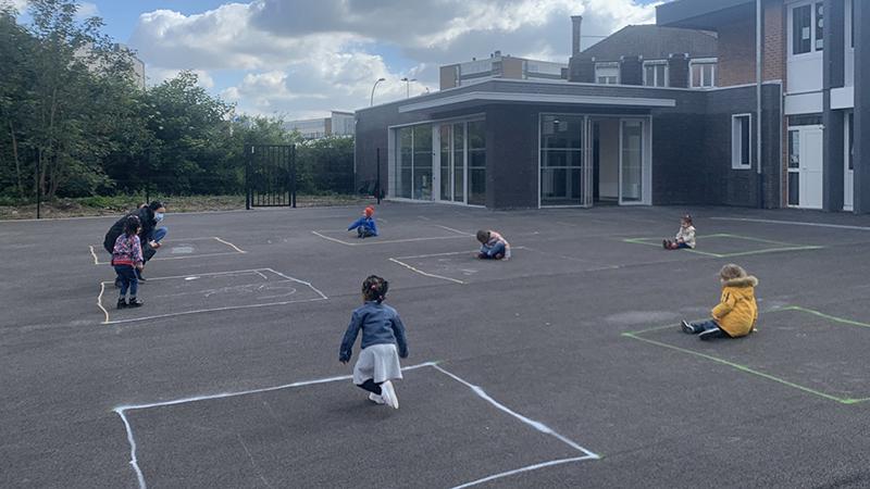 Pháp: học sinh mẫu giáo giữ khoảng cách xã hội, chỉ chơi trong những ô vuông đã kẻ sẵn vạch
