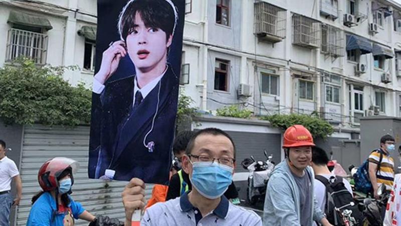 Phụ huynh tâm lý nhất năm: mang cả ảnh BTS, Vương Nhất Bác tới địa điểm thi đại học để cổ vũ con gái