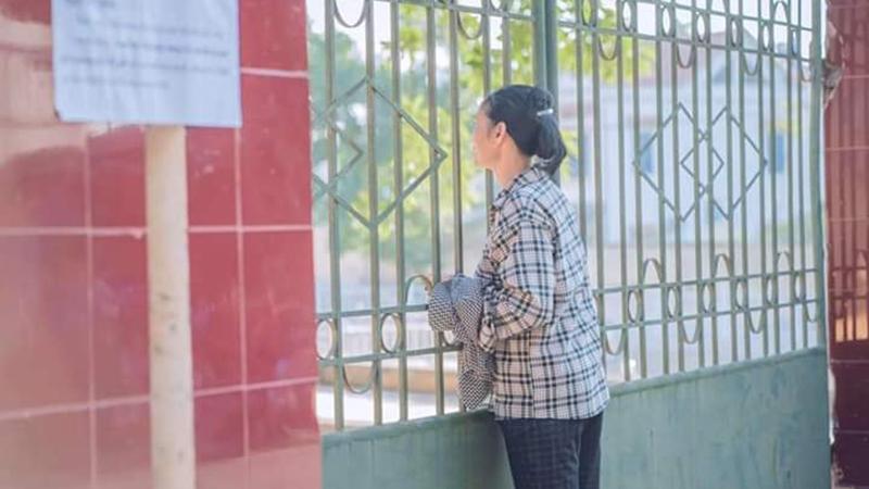 Hình ảnh gây xúc động: Mặc trời nắng chang chang, mẹ vẫn đứng ngoài cổng ngóng chờ con trong phòng thi