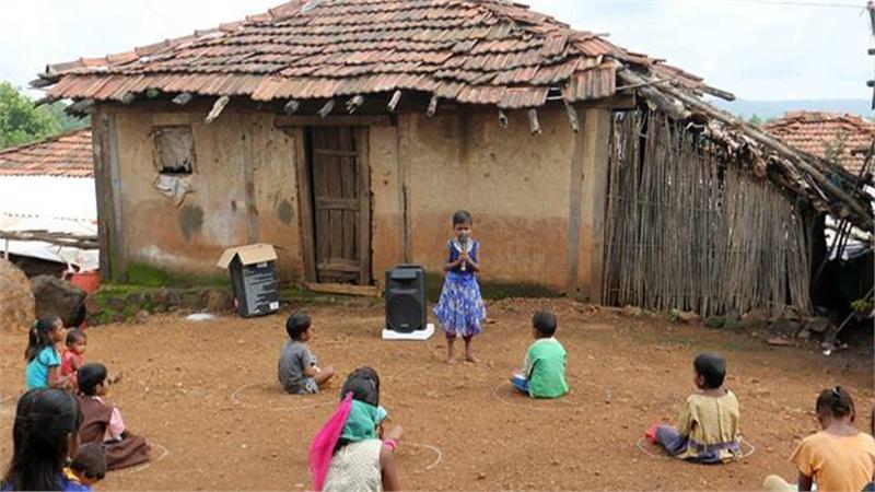 Lớp học đặc biệt của những đứa trẻ nghèo ở Ấn Độ: Không có giáo viên, chỉ có tiếng giảng bài phát ra từ một chiếc loa