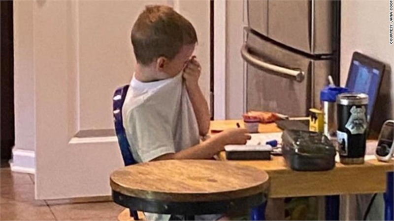 Phải tựu trường qua màn hình máy tính, cậu bé 5 tuổi bật khóc nức nở vì thất vọng