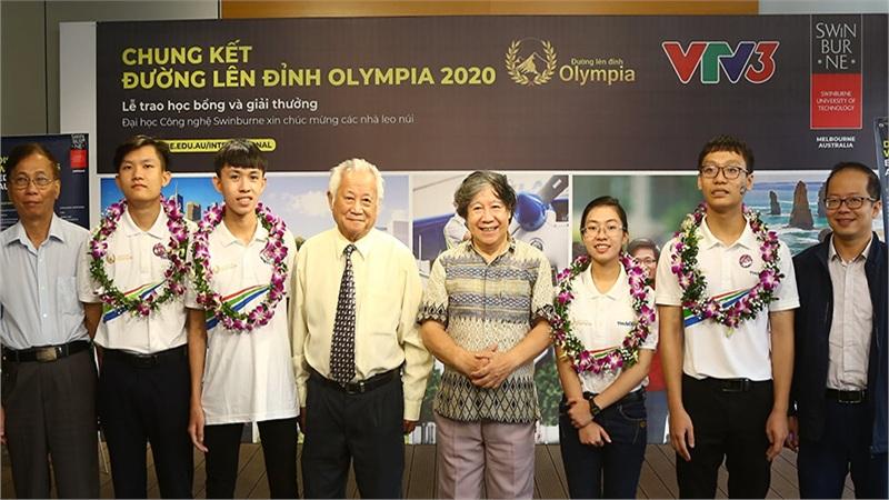 Dàn thí sinh Olympia 2020 chụp ảnh kỉ niệm sau chương trình, hành động lạ Quán quân Thu Hằng gây chú ý