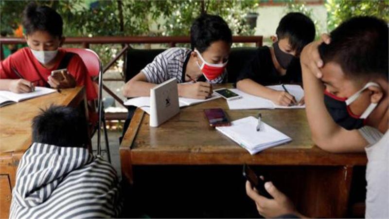 Học sinh Indonesia lượm ve chai để có tiền mua Wifi học trực tuyến