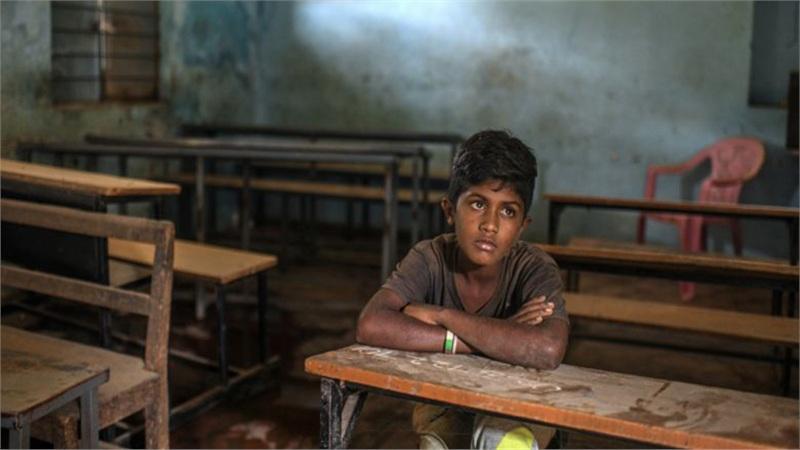 Trường học đóng cửa vì Covid-19, hàng triệu trẻ em trên thế giới phải ra đường kiếm tiền