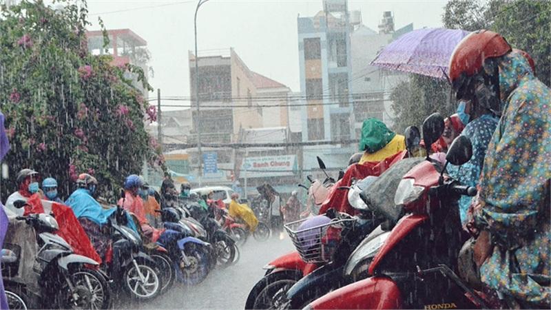 Học sinh nhiều tỉnh miền Trung nghỉ học do mưa lớn kéo dài