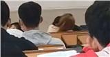 Clip: Cặp đôi ngồi bàn đầu, vô tư ôm hôn nhau trong lớp học, mặc kệ bạn bè phía sau cười cợt