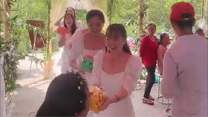 Clip hội bạn thân nhà người ta đi mừng cưới: Tích cóp cả năm, mỗi người tặng cho cô dâu 1 chú lợn đất