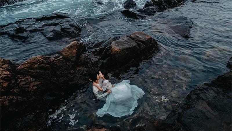 Bộ ảnh cưới của Chim Sẻ Đi Nắng giữa biển cả gây sốt: cô dâu chú rể khoá môi cực ngọt!