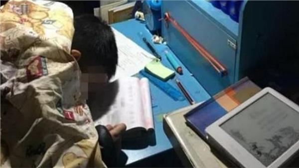 Học liên tục hơn 15 tiếng đồng hồ không nghỉ, cậu bé xin mẹ ngủ 5 phút và mãi mãi không tỉnh dậy