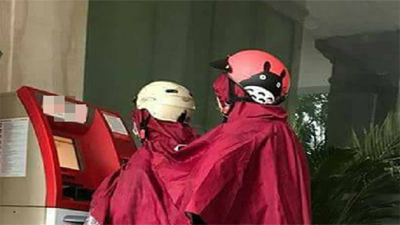 Hai nữ ninja mặc áo mưa đôi, phối hợp rút tiền khiến dân mạng cười bò
