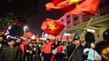 Việt Nam có một đêm không ngủ, người dân hừng hực khí thế đi bão, mọi ngả đường 'thất thủ'