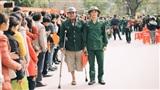 Khoảnh khắc xúc động: Người cha cựu chiến binh mất một chân, chống nạng tiễn con lên đường nhập ngũ